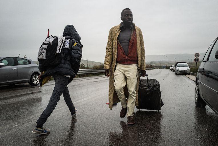 Migranten bij het Cara di Mineo, het grootste en beruchtste opvangkamp van Europa, even buiten Catanië. Beeld Nicola Zolin