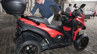 Prins Laurent heeft een nieuwe motor, en daar is hij duidelijk erg blij mee