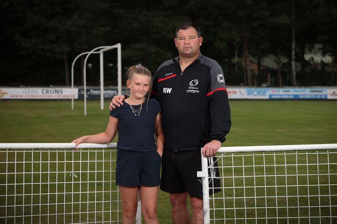 Ralf Wevers, op de foto met dochter Gitte, begint aan zijn vijfde seizoen als trainer bij Grimbie 69. Voor de bekerpartij tegen Eendracht Termien mist de Maasmechelse derde provincialer noodgedwongen een resem kernspelers.