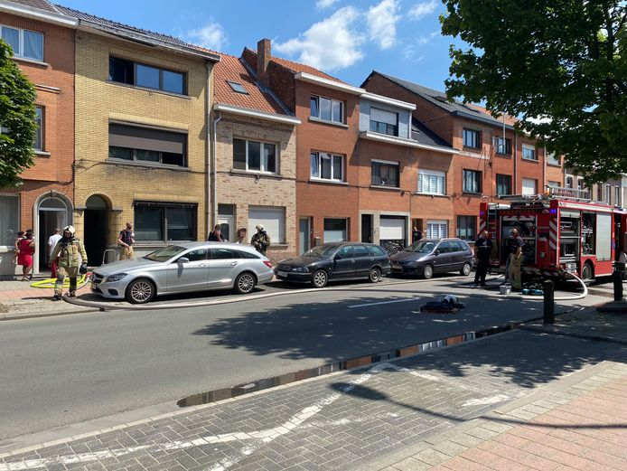 De brandweer kreeg het vuur snel onder controle. In de woning was er wel wat rookschade.