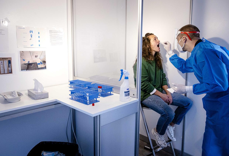 Coronatest bij de Jaarbeurs in Utrecht. Het aantal besmettingen is de afgelopen week met 48 procent gestegen. Beeld ANP