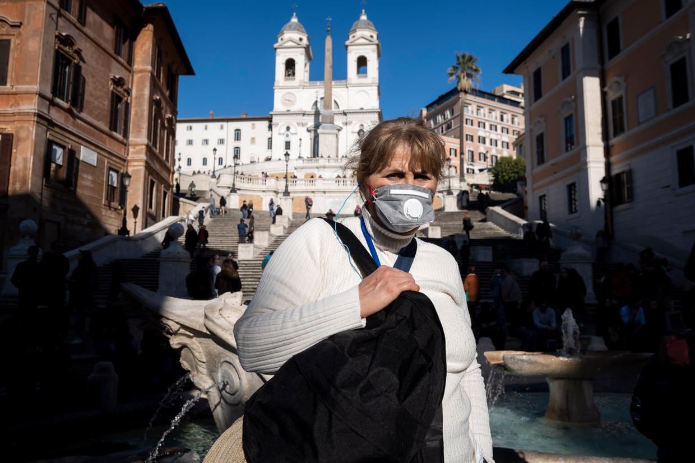 Toeristen dragen mondkapjes op de Spaanse Trappen in Rome. Beeld Getty Images