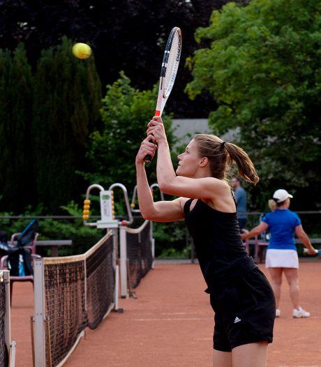 Gratis tennis moet jeugd in Apeldoorn-Zuid achter laptop vandaan trekken: 'Er wordt te weinig gesport'