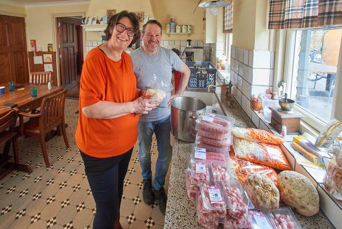 Veertien magen om dagelijks te vullen, buiten die van Gert-Jan en Angelique zelf, dat vereist grootschalig inkopen en koken.