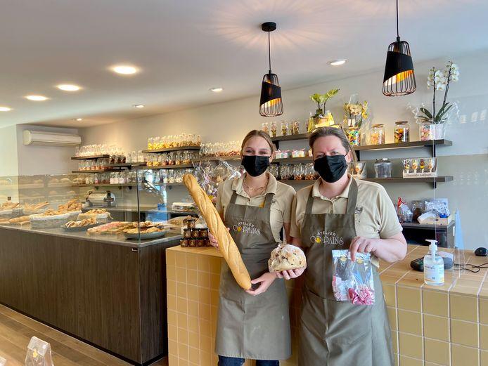 Uitbaatster Karin Brughmans met jobstudent Hanne Van Uffelen in de gloednieuwe brood- en banketbakkerij