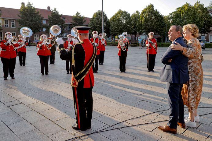 Nol Kleijngeld krijgt een muzikaal onthaal bij zijn afscheidsbijeenkomst in theater De Leest.