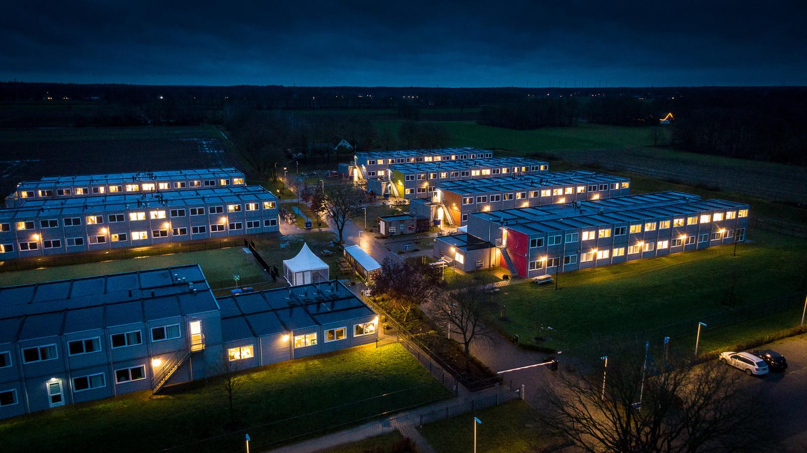 Het asielzoekerscentrum in Hardenberg. De gemeente Zwolle wil met het invoeren van kamerbewoning voor statushouders ervoor zorgen dat jongeren minder lang in het azc hoeven te blijven.