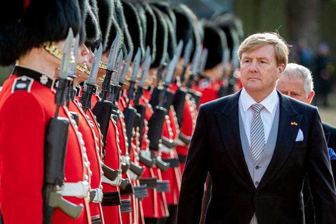 Koning Willem-Alexander en Koningin Máxima komen aan in Londen op Horse Guards Parade in 2018.