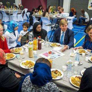 Koning Willem-Alexander schuift aan voor iftar in Haags buurthuis