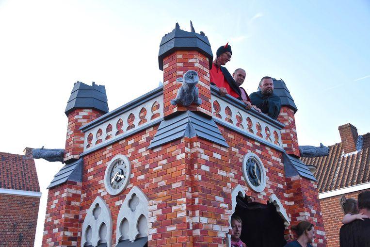 De kerktoren werd door de vrijwilligers volledig zelf in elkaar getimmerd