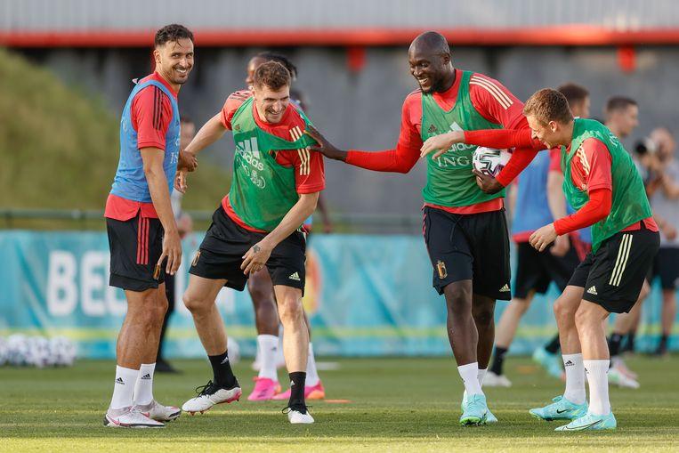 Nacer Chadli, Thomas Meunier, Romelu Lukaku en Thorgan Hazard amuseren zich op training in Tubeke.