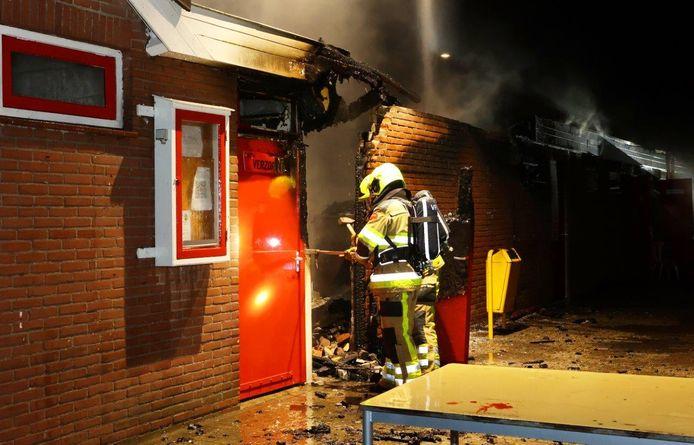 De brandweer in actie op het sportcomplex.