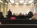 Links, met zwarte trui,  Astrid Coppens. Aan de andere kant, met mondmasker, Dany Peleman, samen in de rechtbank van Gent.