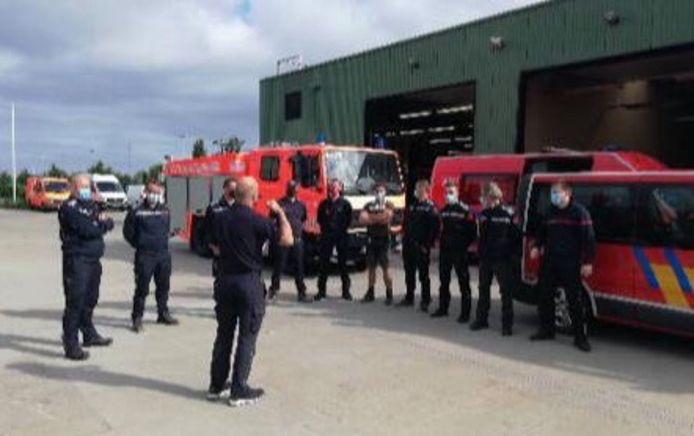 De tien manschappen van Brandweer Westhoek, vlak voor hun vertrek om hulp te gaan bieden bij de extreme wateroverlast aan de andere kant van het land.