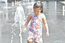 Tropische hitte in het centrum van Roeselare. terwijl de ouders genoten van een drankje in de schaduw leefden deze kinderen zich uit aan de fonteinen.