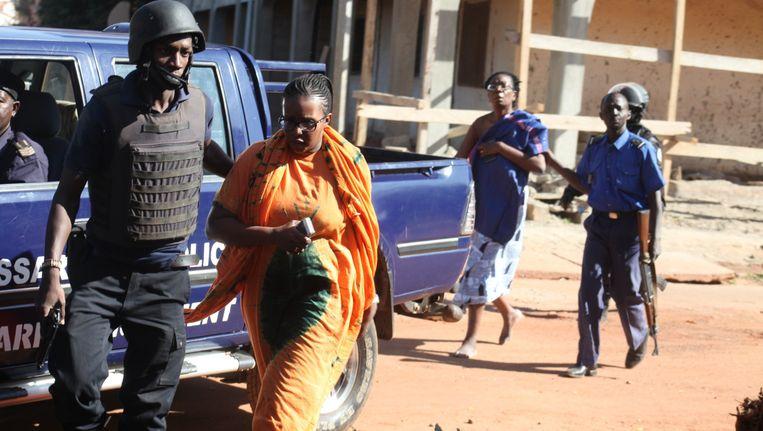 Bevrijde gijzelaars worden begeleid door de politie. Beeld PHOTO_NEWS