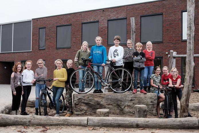 Anouk Geers (met blauwe trui) tussen haar vrienden en vriendinnen van basisschool Dynamiek in Terborg. Foto: Jan Ruland van den Brink
