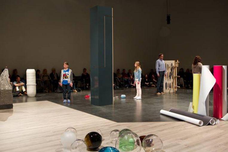 Sander Breure & Witte van Hulzen: Een Familieportret, performance, 70 minuten, Stedelijk Museum Amsterdam, 2014. Beeld -
