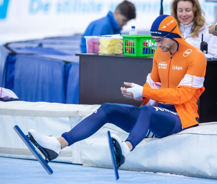 Thomas Krol maakt zich klaar voor zijn 1500 meter in Minsk.