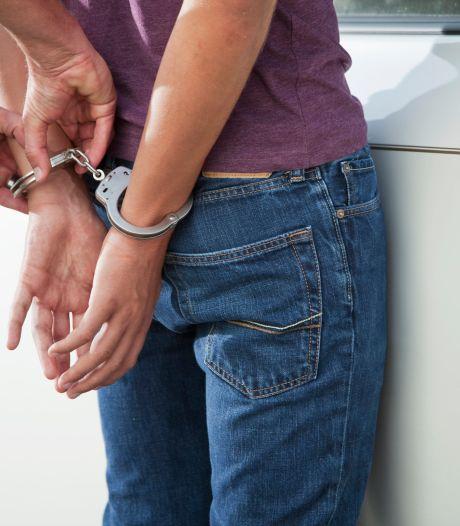 18-jarige aangehouden bij bijeenkomst in Thoolse loods, vijf anderen beboet