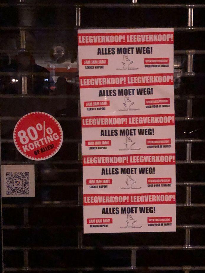 Collectief Ondeugend bekladt winkelruiten in de Utrechtse binnenstad met stickers in actie tegen de consumptiemaatschappij.