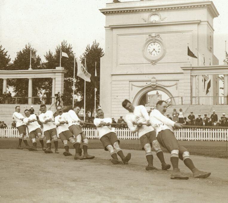 Ook het touwtrekken stond nog op het olympisch programma in 1920. Het had plaats in het Olympisch Stadion op het Kiel. Beeld RV