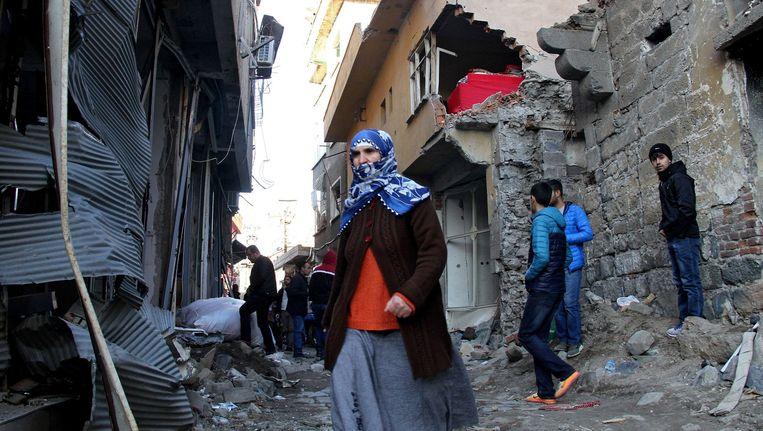 Burgers ontvluchten het district Sur bij Diyarbakir. Beeld epa