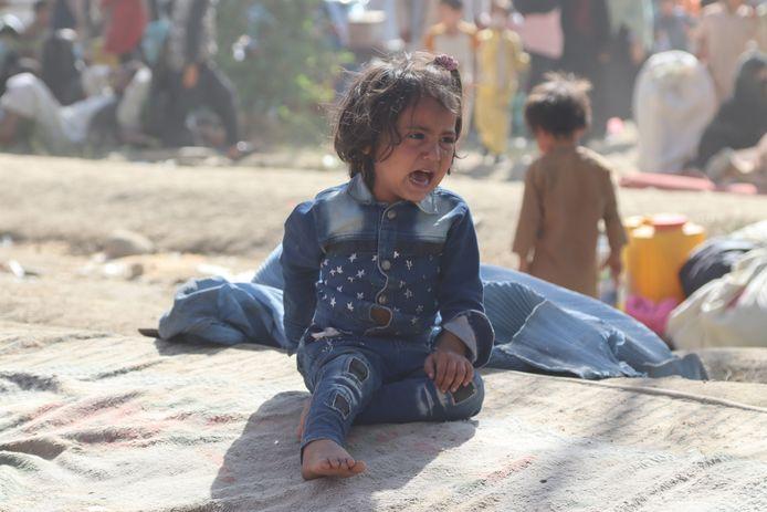 Een wenend kindje in een opvangkamp in Kaboel
