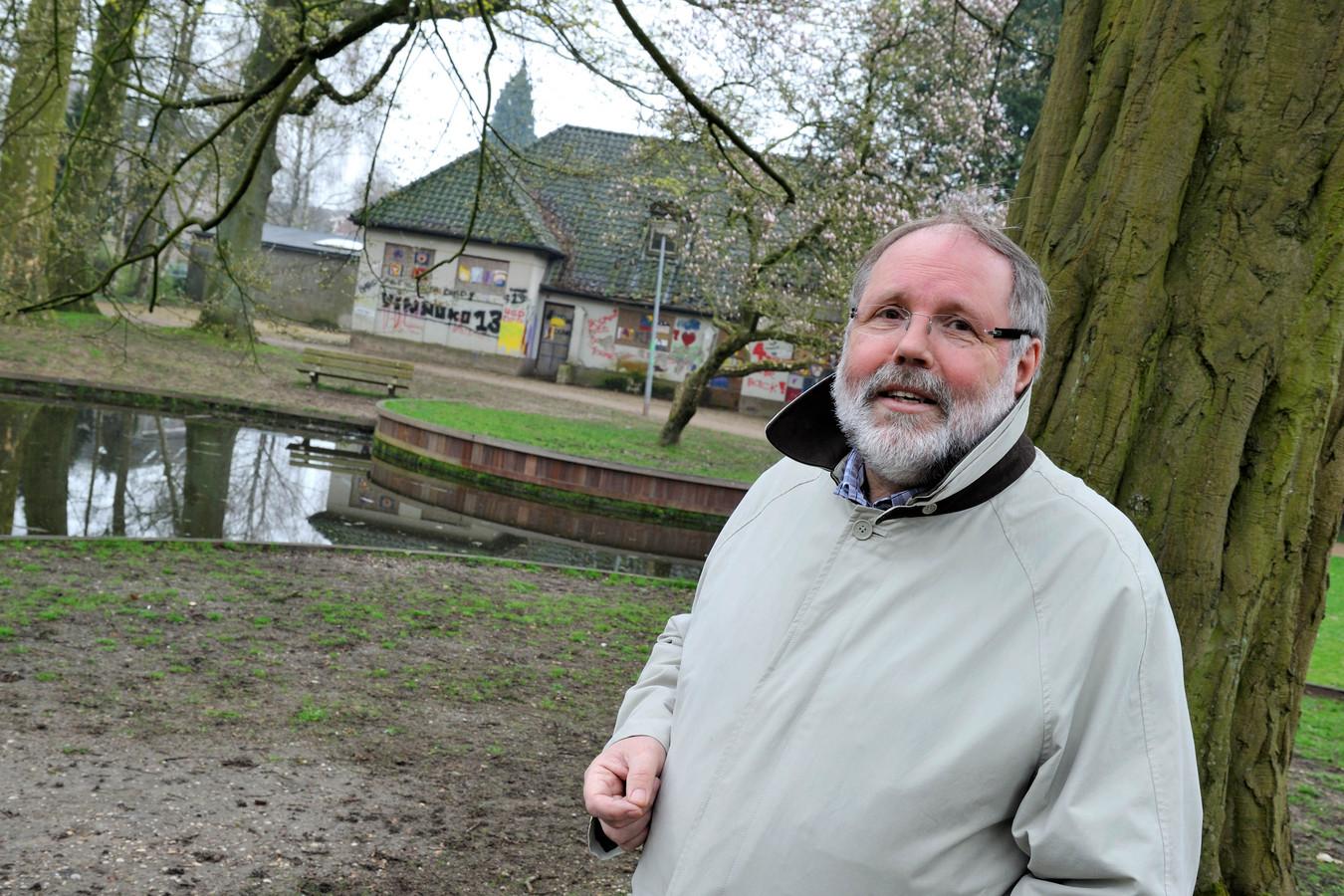 Ap Lammers van Stichting Oranjerie Dieren in 2010 met achter zich de Oranjerie in niet opgeknapte staat.
