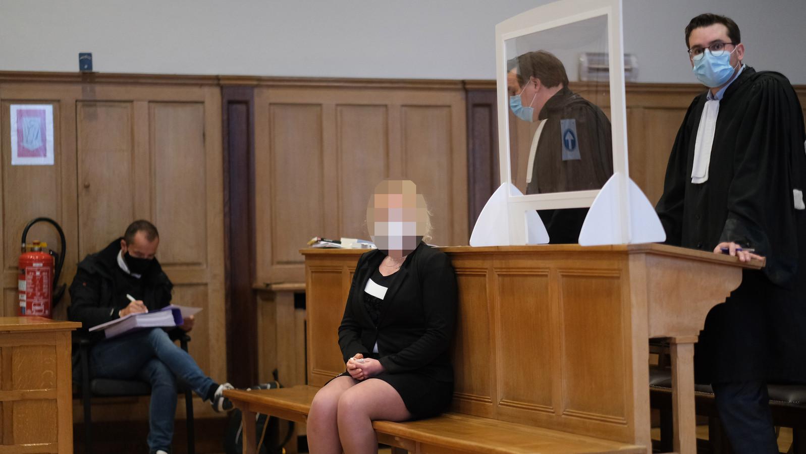 Summer A. presenteert zich in een keurig mantelpakje op haar proces na de schietpartij op haar liefdesrivale in Wielsbeke.