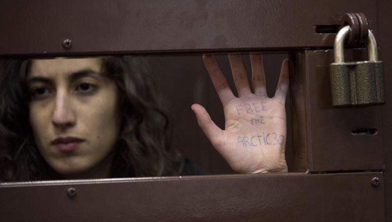 De Nederlandse Greenpeace-activiste Faiza Oulahsen in de rechtbank in het Russische Moermansk. Beeld ANP Communique