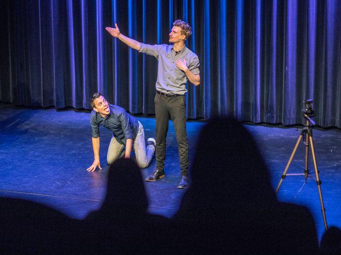 Theaterles van cabaretier Andries Tunru (links op de foto) in theater Ludens in Voorburg met in de zaal 40 leerlingen.