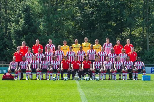 De selectie en technische staf van PSV dit seizoen.