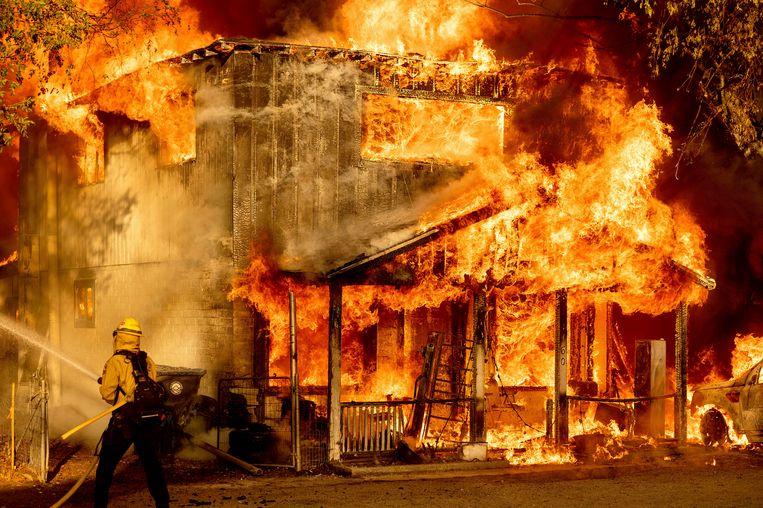 Een brandweerman bestrijdt de Sugar Fire, dat deel uitmaakt van het Beckwourth Complex Fire in Doyle, Californië. Beeld AP