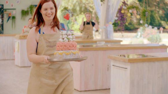 Julie toont haar  'Belle en het beest'-taart.