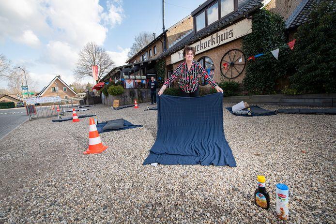 Yvonne Oldenburg, eigenaresse van 't Pannenkoekhuis in Ugchelen, protesteerde begin vorig jaar al een keer tegen de coronaregels. Nu zegt ze gasten  niet naar hun coronapas te zullen vragen.