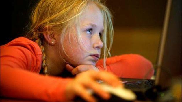 Illustration: fillette surfant sur internet