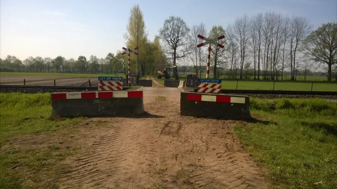 Blokken blokkeren de overgang in de Tuunterweg in het buitengebied van Aalten.