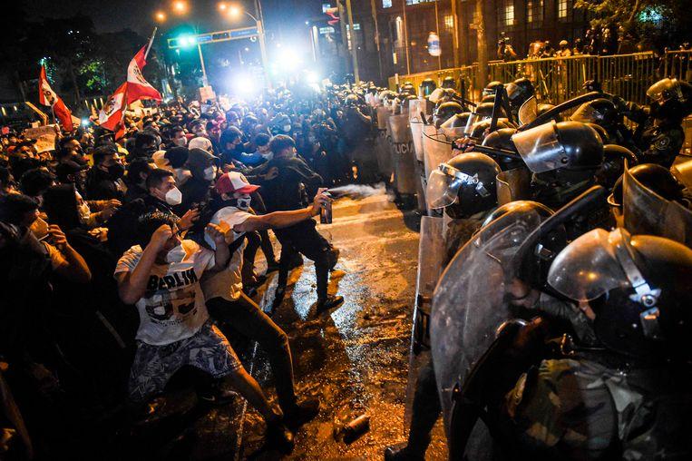 Confrontaties tussen demonstranten en oproerpolitie in Lima, tijdens een protest tegen de nieuwe Peruaanse regering. Beeld AFP