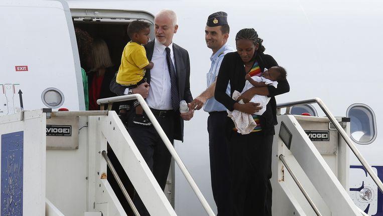 Meriam Yahya Ibrahim Ishaq uit Soedan met één van haar kinderen en Lapo Pistelli, de Italiaanse viceminister van Buitenlandse Zaken. Beeld reuters