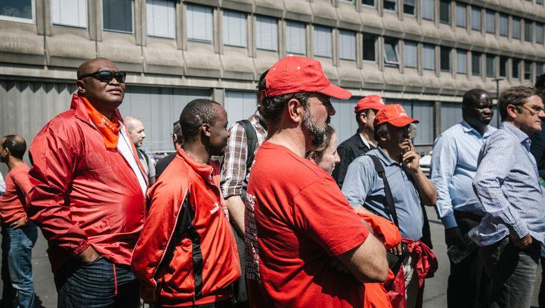 Vakbondsmilitanten aan het Brusselse Zuidstation. Beeld © WOUTER VAN VOOREN