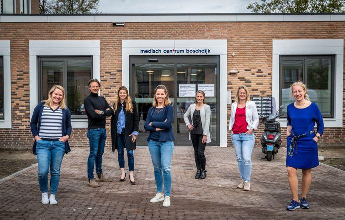 Het nieuwe gebouw van Medisch Centrum Boschdijk is geopend, vlnr Marinke, Jort en Marleen, Lieneke, Stacy, Karin en Sanne.