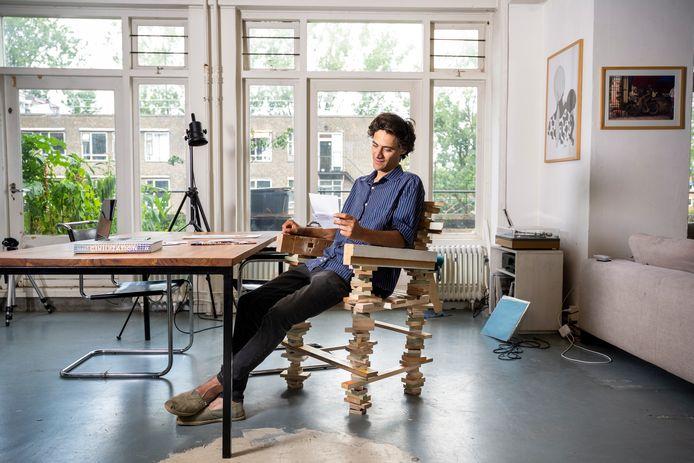 Kunstenaar Maurik Stomps wil de publieke ruimte claimen met zijn kunstwerken,