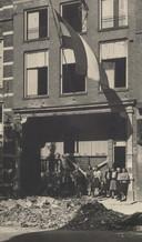 De originele foto van het personeel voor het bibliotheekgebouw, dat zwaar beschadigd raakte bij het bombardement van 6 februari 1945. De foto is genomen vlak na de bevrijding.