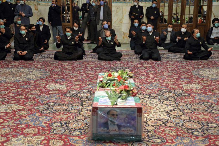 De vermoorde atoomgeleerde Mohsen Fakhrizadeh, die de leiding had over Irans atoomprogramma, werd zaterdag begraven. Beeld AP