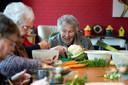 Bewoners aan de maaltijd bij Verzorgingshuis de Biesdel in Velp.