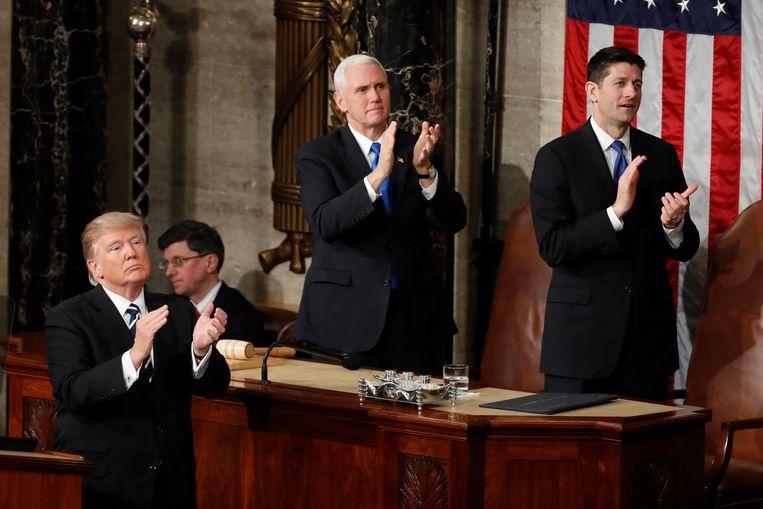 President Trump, vicepresident Pence en de Republikeinse leider Ryan klappen voor de weduwe van commando Owens. Het eerbetoon leek een poging van het Witte Huis om de kritiek op de pechmissie te stoppen. Beeld AP