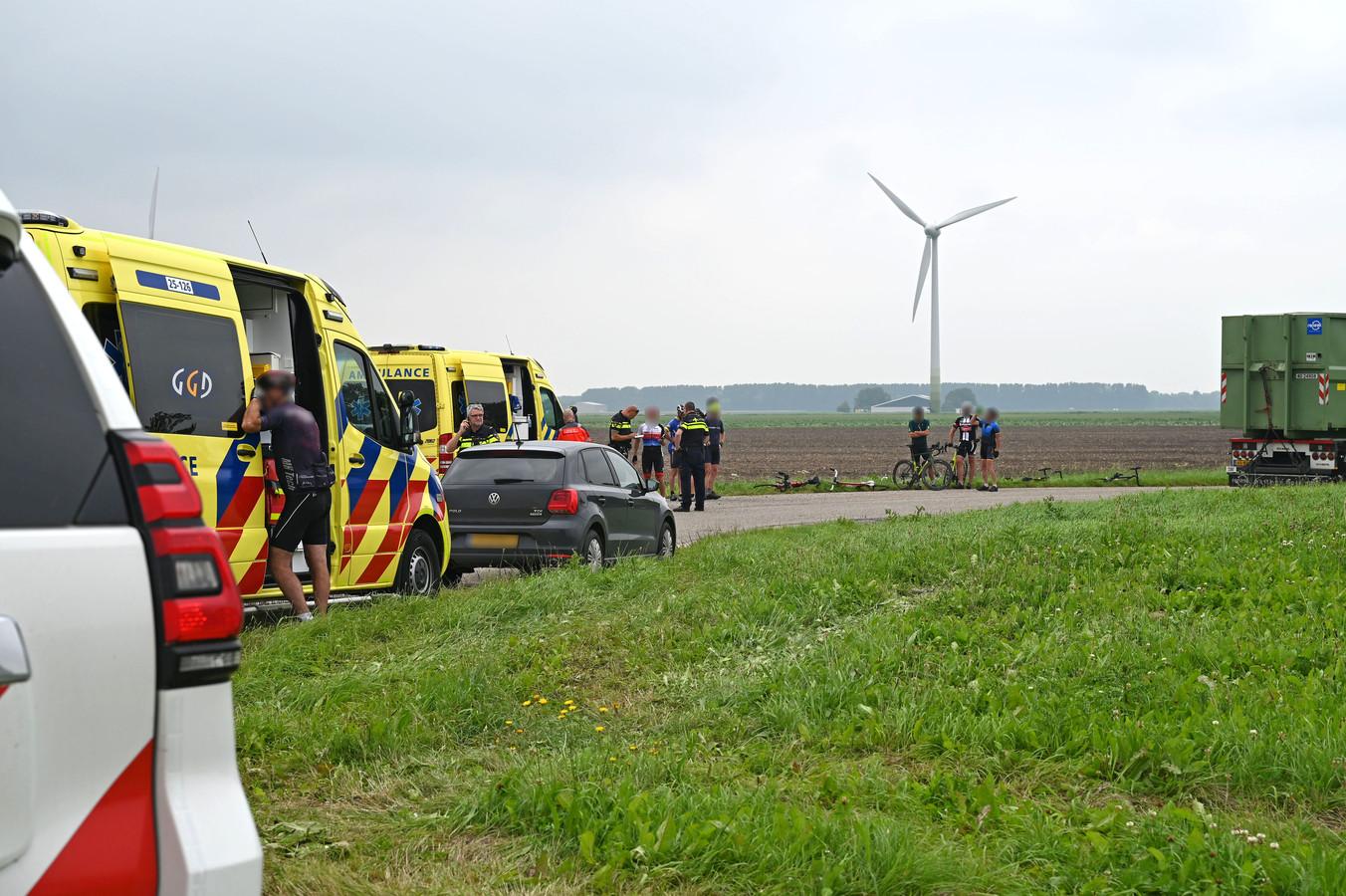 Hulpdiensten zijn ter plaatse om twee gewonde wielrenners naar het ziekenhuis te vervoeren van wie er één zwaargewond is geraakt.
