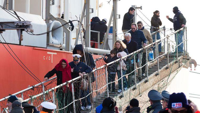 Overlevenden van de veerbootramp gaan van boord in Italië. Beeld AP
