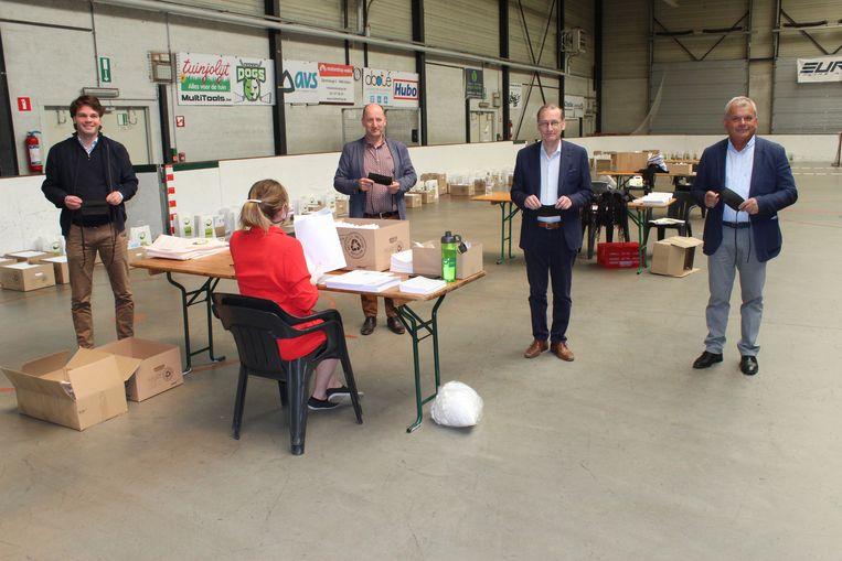 De burgemeesters van Kaprijke, Eeklo, Assenede en Sint-Laureins zorgden begin mei voor de verdeling van stoffen mondmaskers. Dit gebeurde vanuit de sporthal van Eeklo.